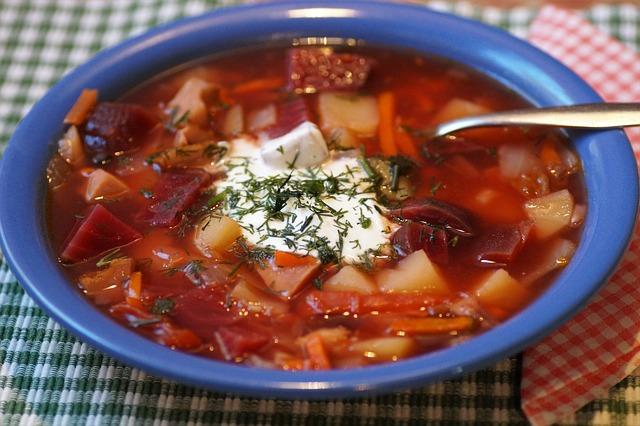 Boršč s hovädzím mäsom a zeleninou