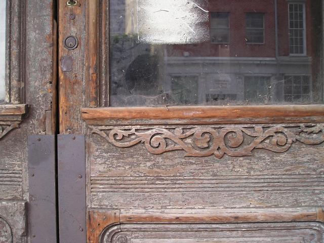 Staré drevené dvere so sklenenou výplňou.jpg