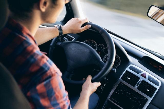 Chlapec šoféruje auto
