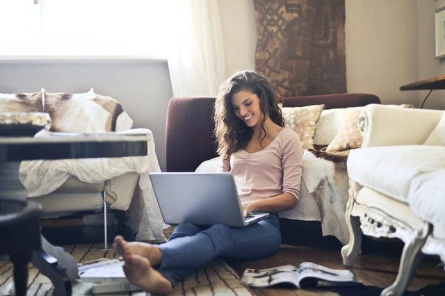 Usmiata žena s notebookom, domáci interiér